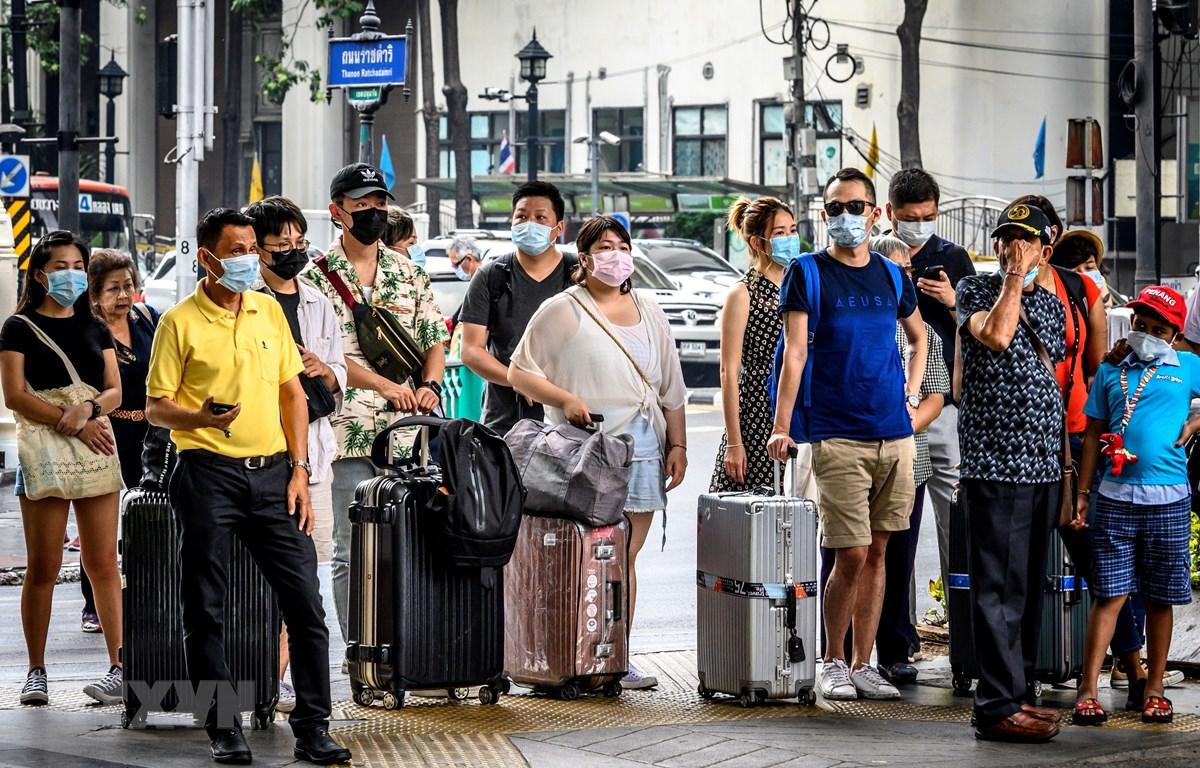 Người dân đeo khẩu trang phòng lây nhiễm virus corona tại Bangkok, Thái Lan, ngày 3/2/2020. (Ảnh: AFP/TTXVN)
