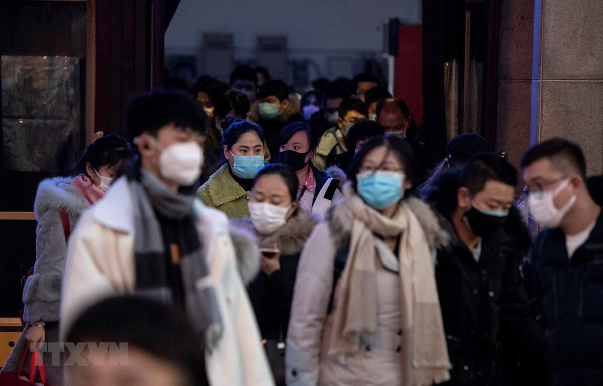 Người dân đeo khẩu trang để phòng tránh lây nhiễm virus corona tại nhà ga tàu hỏa ở Bắc Kinh, Trung Quốc, ngày 29/1/2020. (Ảnh: AFP/TTXVN)