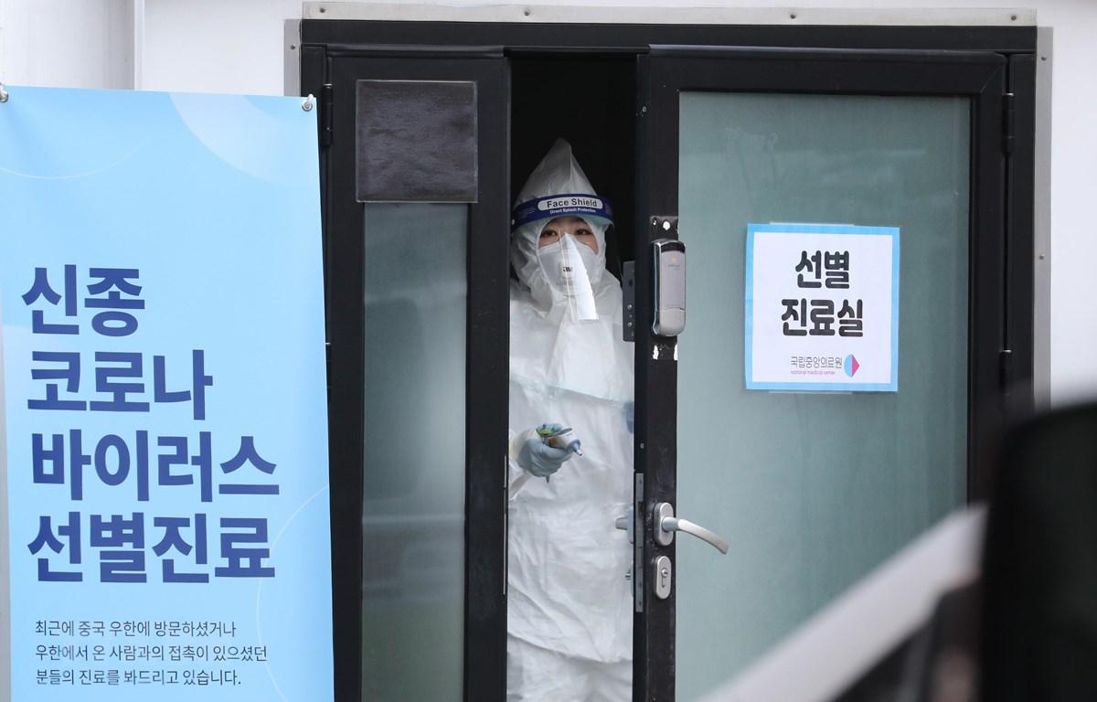 Nhân viên y tế làm việc tại Trung tâm y tế quốc gia ở Seoul, nơi điều trị cho các bệnh nhân được chẩn đoán nhiễm virus corona chủng mới, ngày 4/2/2020. (Ảnh: Yonhap/TTXVN)