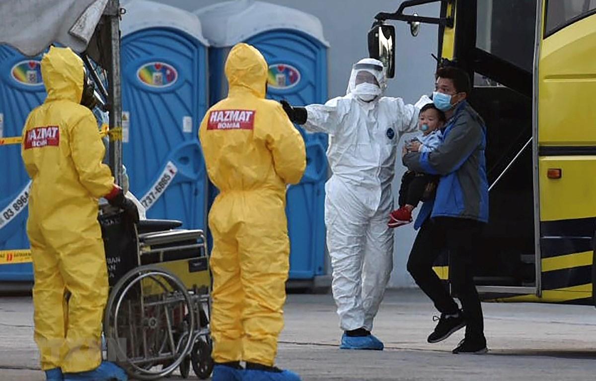 Nhân viên y tế Malaysia đón các công dân nước này được sơ tán từ Vũ Hán, Trung Quốc, tâm điểm của dịch viêm đường hô hấp cấp do virus corona chủng mới, về tới sân bay quốc tế Kuala Lumpur ngày 4/2/2020. (Ảnh: AFP/TTXVN)