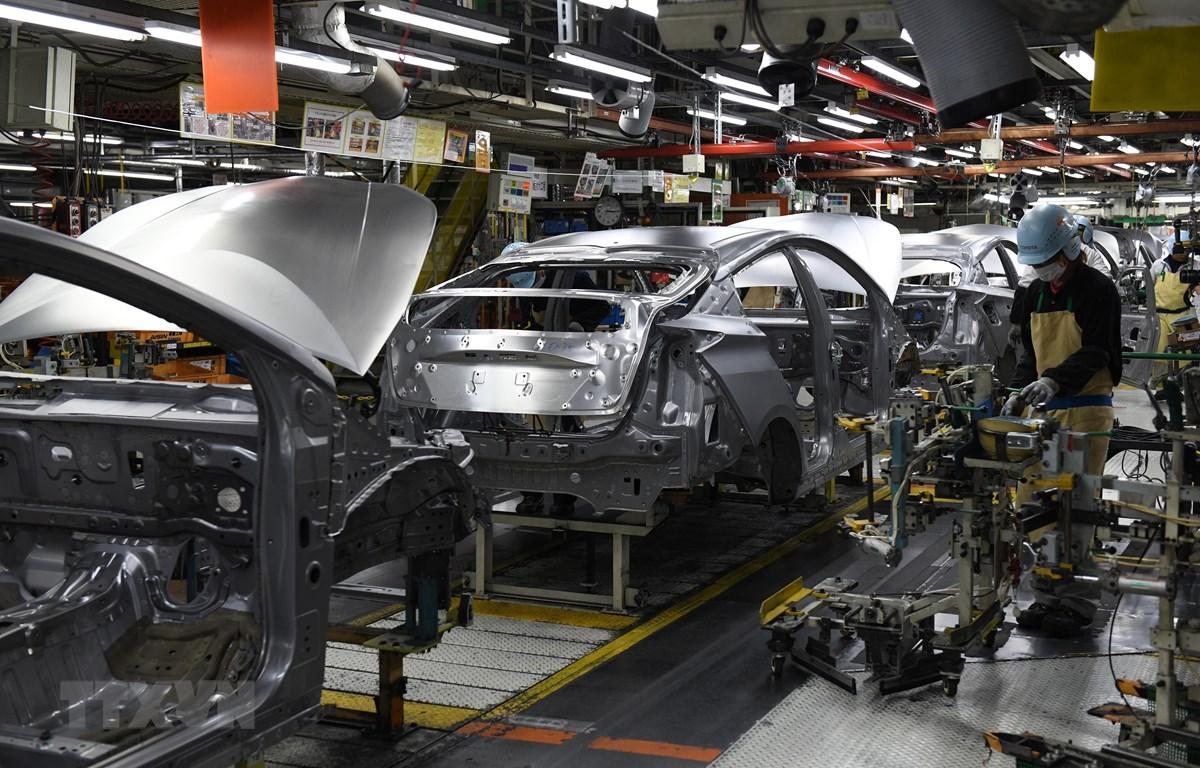 Công nhân làm việc tại nhà máy sản xuất ô tô ở thành phố Toyota, tỉnh Aichi, Nhật Bản. (Ảnh: AFP/TTXVN)