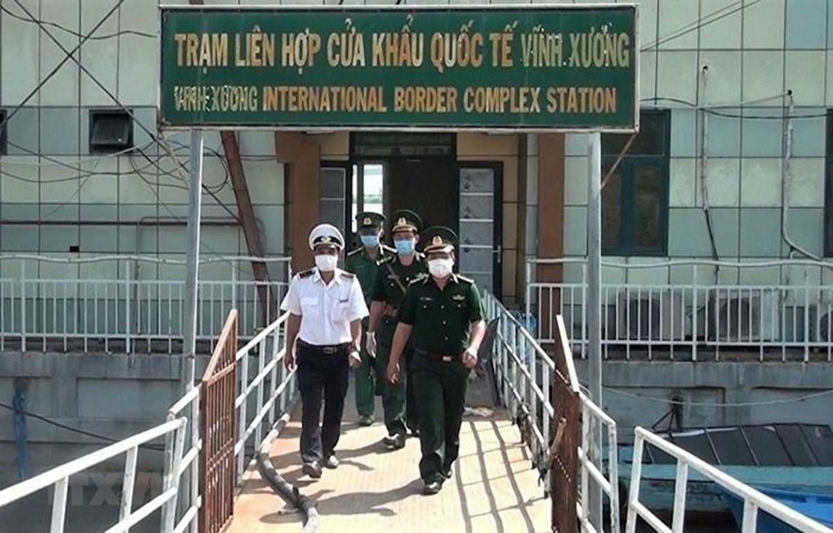 Lực lượng Biên phòng và Kiểm dịch y tế ra quân phối hợp kiểm tra phòng chống dịch bệnh nCoV tại Cửa khẩu Quốc tế Vĩnh Xương, thị xã Tân Châu, An Giang. (Ảnh: Thanh Sang/TTXVN)
