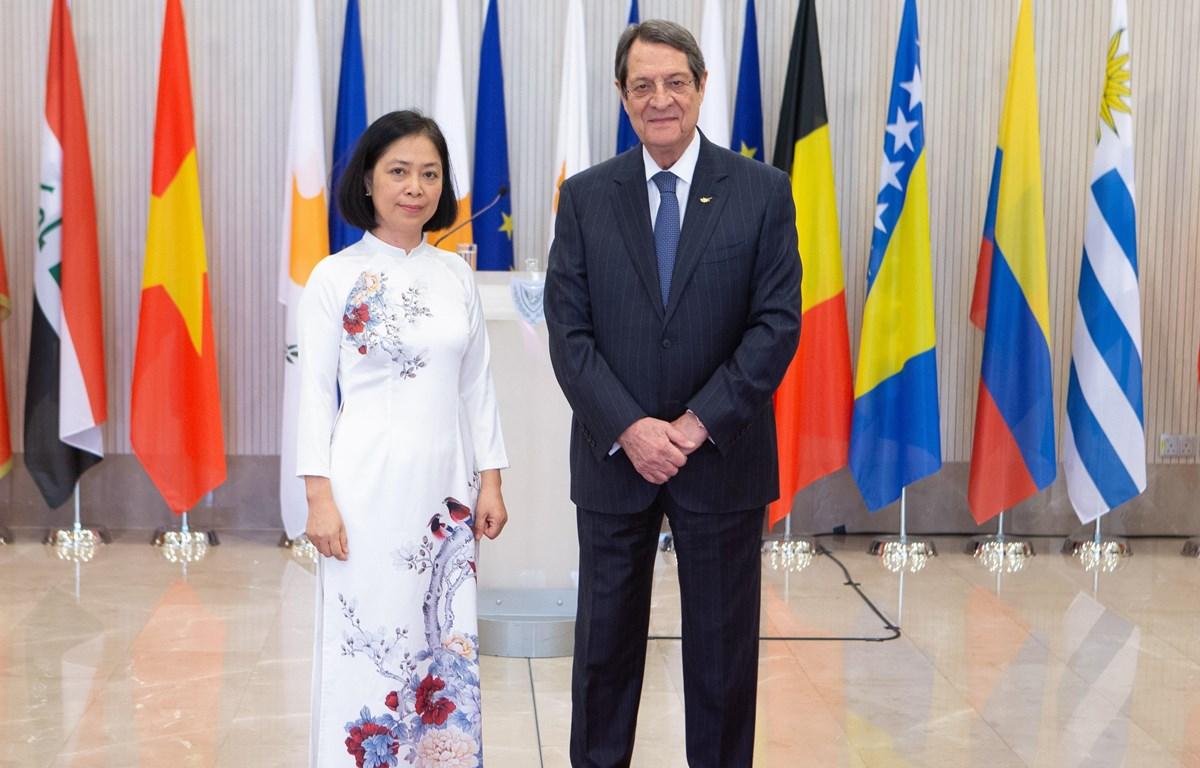 Tổng thống Cộng hòa Síp Nicos Anastasiades và Đại sứ Nguyễn Thị Bích Huệ. (Ảnh TTXVN)
