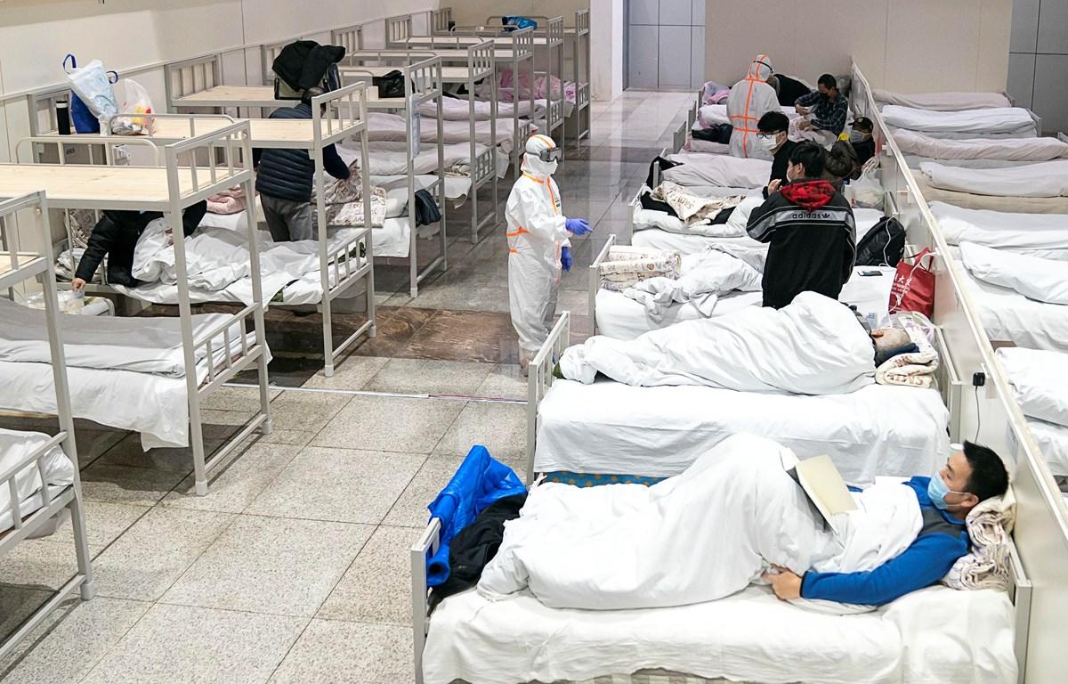 Bệnh nhân nhiễm virus 2019-nCoV được điều trị tại một bệnh viện dã chiến ở Vũ Hán, Trung Quốc ngày 5/2/2020. (Ảnh: THX/TTXVN)