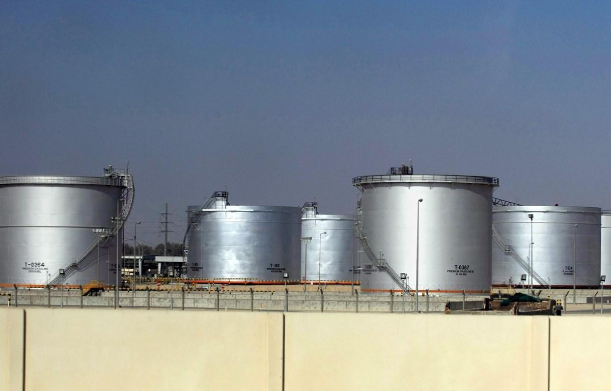 Thùng chứa dầu tại một cơ sở lọc dầu ở thành phố Dammam, cách thủ đô Riyadh của Saudi Arabia 450km về phía đông. (Ảnh: AFP/ TTXVN)