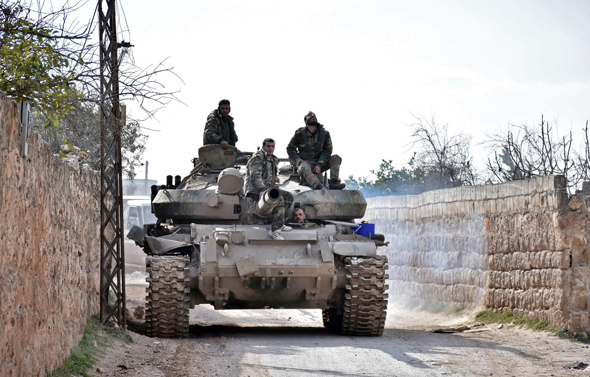 Quân đội Syria kiểm soát một khu vực ở thành phố Saraqeb, tỉnh Idlib, Tây Bắc Syria ngày 3/2/2020. (Ảnh: AFP/TTXVN)