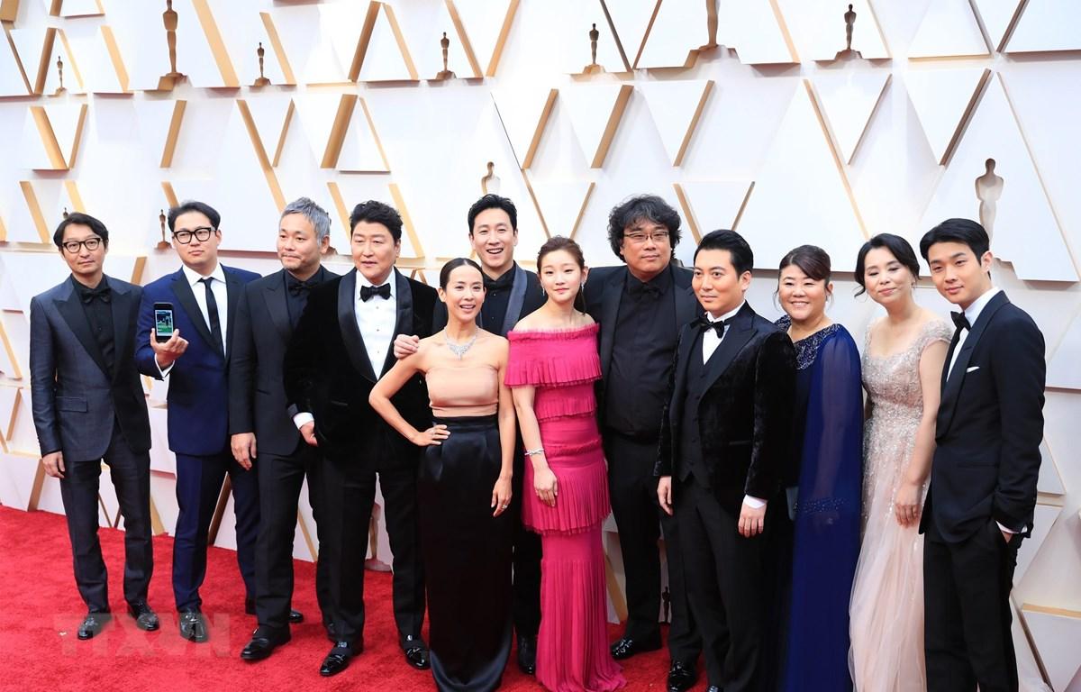 """Đoàn làm phim """"Parasite"""" trên thảm đỏ Lễ trao giải Oscar lần thứ 92 tại nhà hát Dolby, Los Angeles, Mỹ, ngày 9/2/2020. (Ảnh: THX/TTXVN)"""