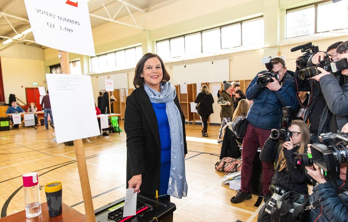 Lãnh đạo đảng Sinn Fein Mary Lou McDonald bỏ phiếu tại một điểm bầu cử ở Dublin, CH Ireland ngày 8/2/2020. (Ảnh: THX/TTXVN)
