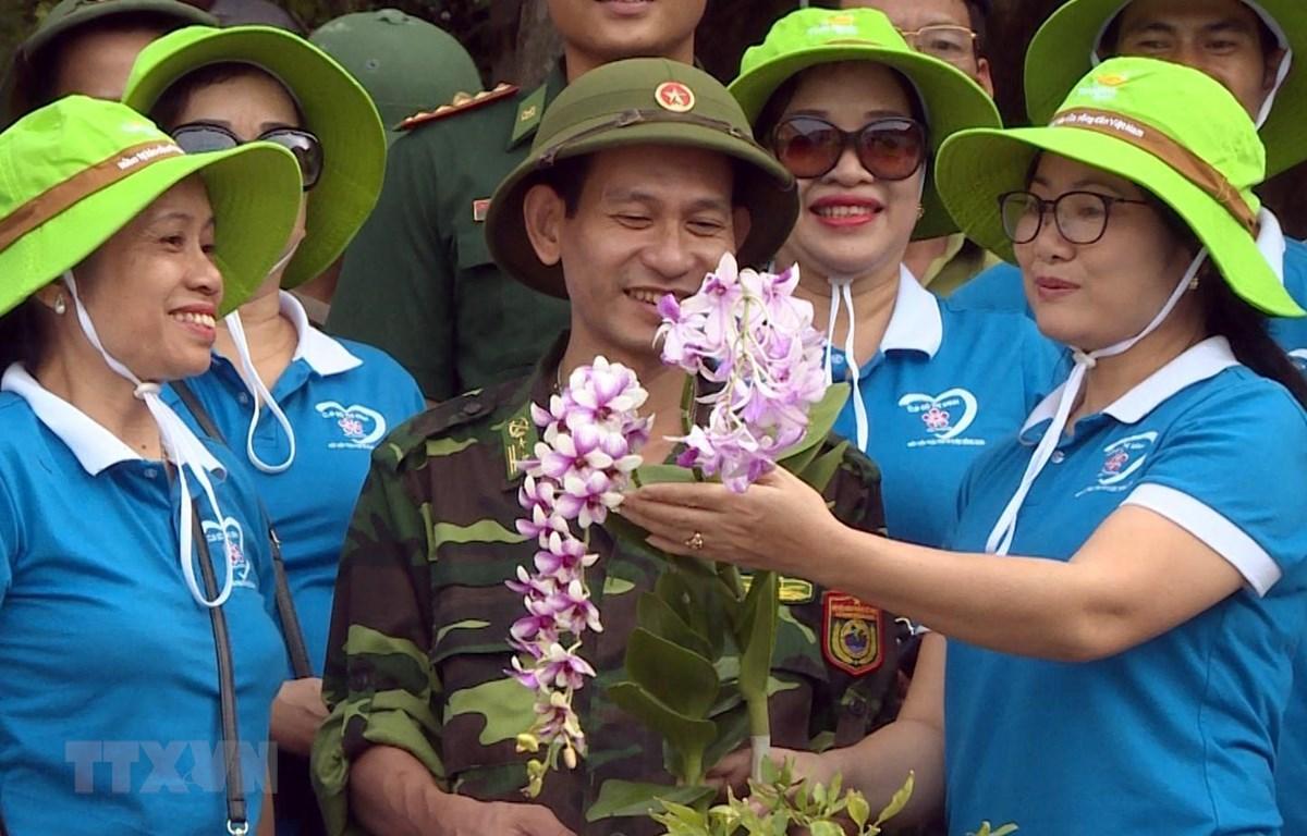 Câu lạc bộ Đô thị xanh Hải Phòng cùng các chiến sĩ đồn biên phòng lựa chọn những cây hoa vừa đẹp nhưng lại có sức sống phù hợp với thời tiết khắc nghiệt trên đảo đá Long Châu. (Ảnh: TTXVN)