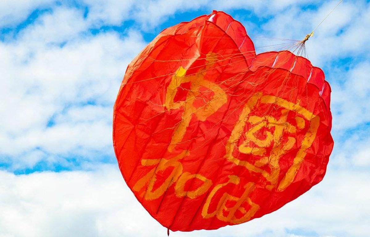 """Cánh diều hình trái tim với dòng chữ """"Trung Quốc cố lên"""" tại New Zealand (Nguồn: China Daily)"""