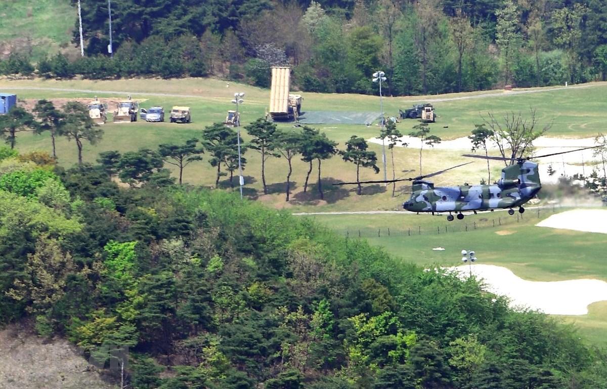 Hệ thống phòng thủ tên lửa tầm cao giai đoạn cuối (THAAD) của Mỹ được triển khai tại căn cứ Seongju, tỉnh Bắc Gyeongsang, Hàn Quốc ngày 26/4/2017. (Ảnh: AFP/TTXVN)