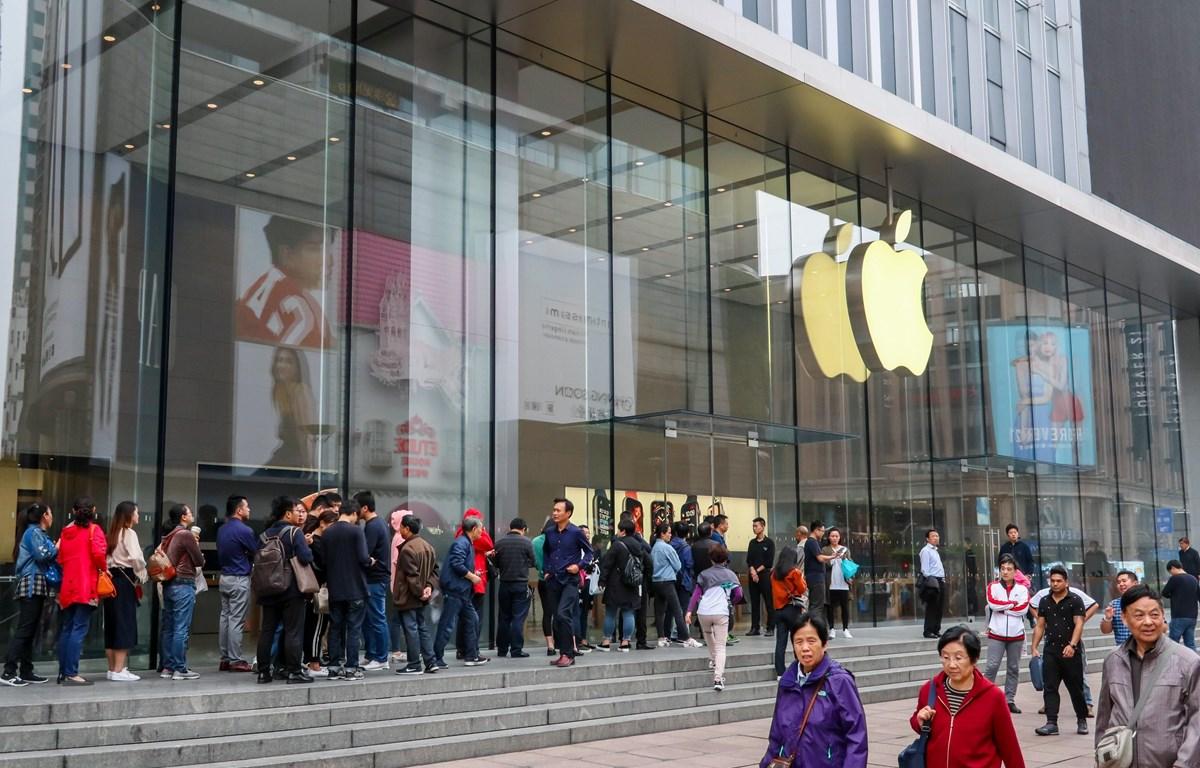 Một cửa hàng của Apple tại Thượng Hải, Trung Quốc. Foxconn sẵn sàng chuyển nhà máy lắp ráp iPhones ra khỏi quốc gia châu Á này. (Nguồn: AFP/TTXVN)