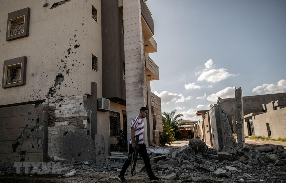 Cảnh đổ nát do xung đột tại khu vực ngoại ô Khallat Al-Ferjan, phía nam thủ đô Tripoli, Libya ngày 16/2/2020. (Ảnh: THX/TTXVN)