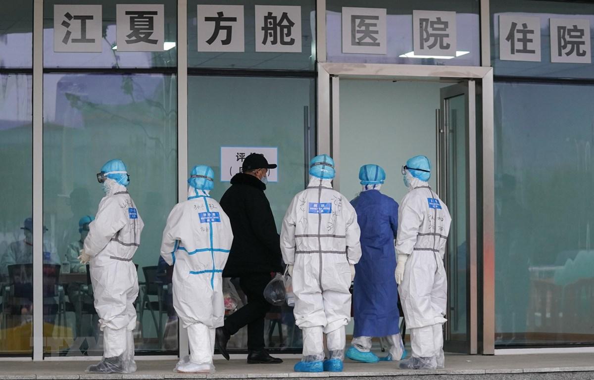 Bệnh nhân nhiễm COVID-19 được đưa tới điều trị tại bệnh viện dã chiến ở Vũ Hán, tỉnh Hồ Bắc, Trung Quốc, ngày 14/2/2020. (Ảnh: THX/ TTXVN)