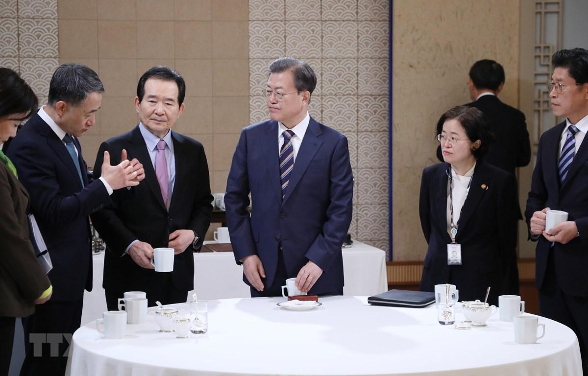Tổng thống Hàn Quốc Moon Jae-in (giữa) cùng các quan chức tại cuộc họp nội các ở Seoul ngày 18/2/2020. (Ảnh: Yonhap/TTXVN)