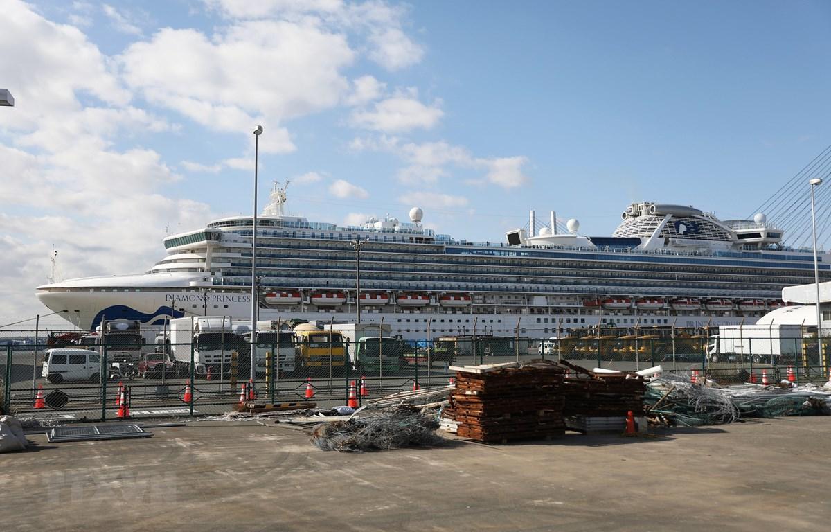 Du thuyền Diamond Princess neo tại cảng Yokohama, Nhật Bản, ngày 19/2/2020. (Ảnh: THX/TTXVN)