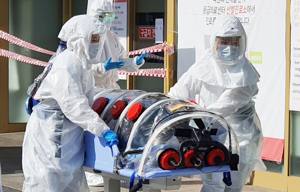 Nhân viên y tế chuyển bệnh nhân nghi nhiễm COVID-19 tới một bệnh viện ở Daegu, Hàn Quốc ngày 19/2/2020. (Ảnh: Yonhap/TTXVN)