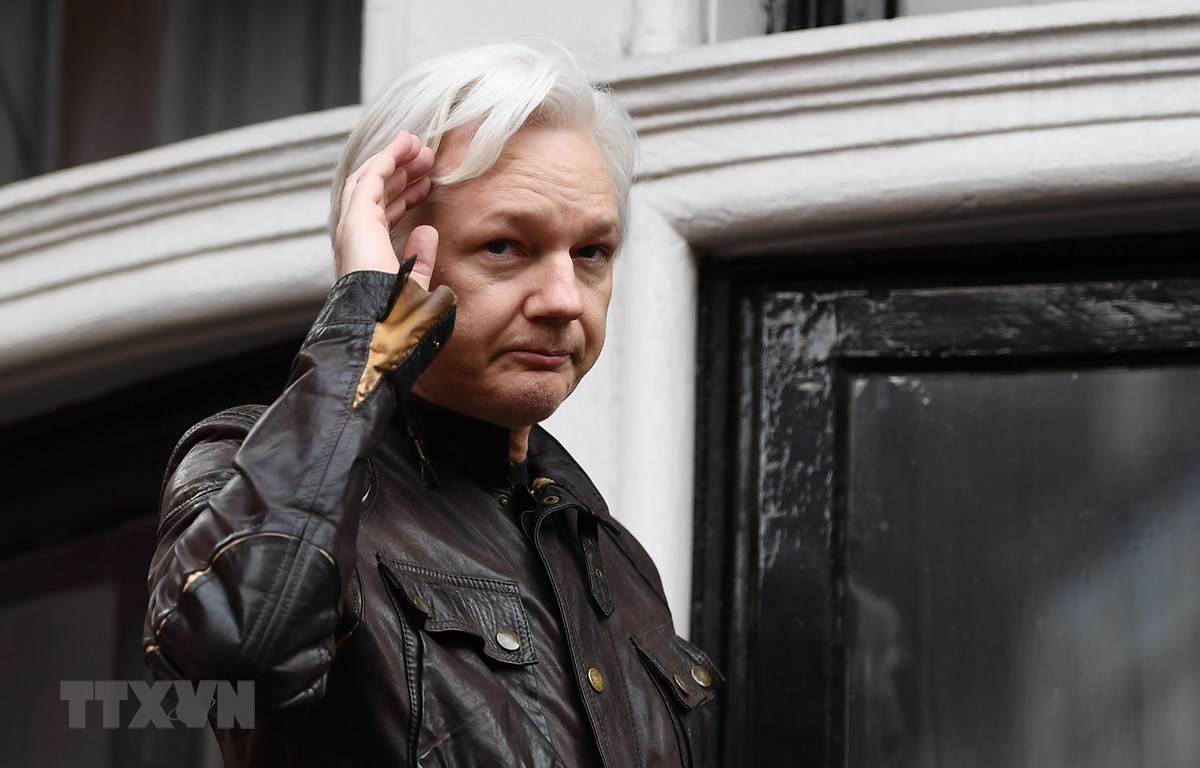 Nhà sáng lập trang mạng WikiLeaks Julian Assange tại Đại sứ quán Ecuador ở London, Anh, ngày 19/5/2017. (Ảnh: AFP/ TTXVN)
