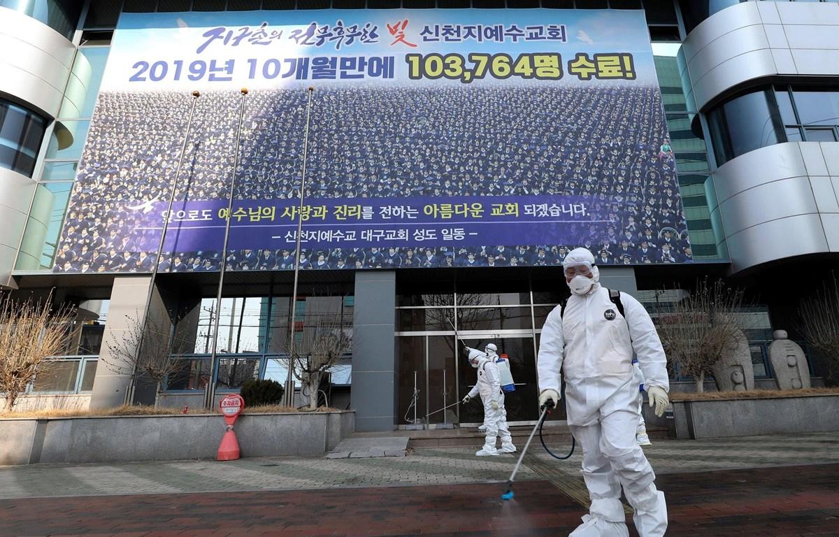 Phun thuốc khử trùng trước Nhà thờ Shincheonji  tại thành phố Daegu, Hàn Quốc ngày 20/2. (Nguồn: Yonhap)
