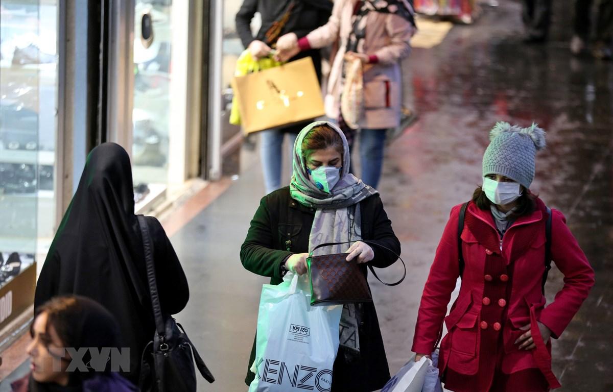 Người dân đeo khẩu trang để phòng tránh lây nhiễm COVID-19 tại Tehran, Iran, ngày 20/2/2020. (Ảnh: AFP/TTXVN)
