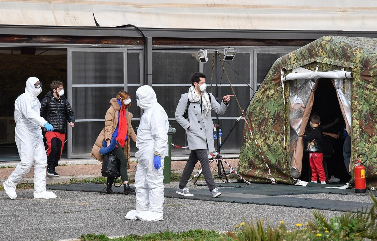 Nhân viên y tế Italy làm nhiệm vụ tại khu cách ly của một sân bay quân sự ở Pratica di Mare, phía Nam thủ đô Rome ngày 3/2/2020. (Ảnh: AFP/TTXVN)