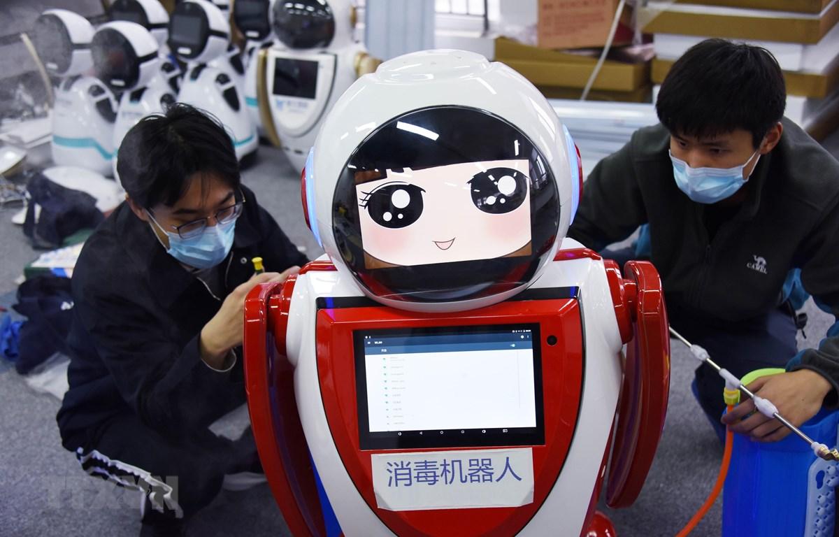 Trung Quốc đưa vào sử dụng robot khử trùng thế hệ đầu tiên tại công ty công nghệ Thanh Đảo, tỉnh Sơn Đông, Trung Quốc ngày 11/2/2020. (Ảnh: THX/TTXVN)