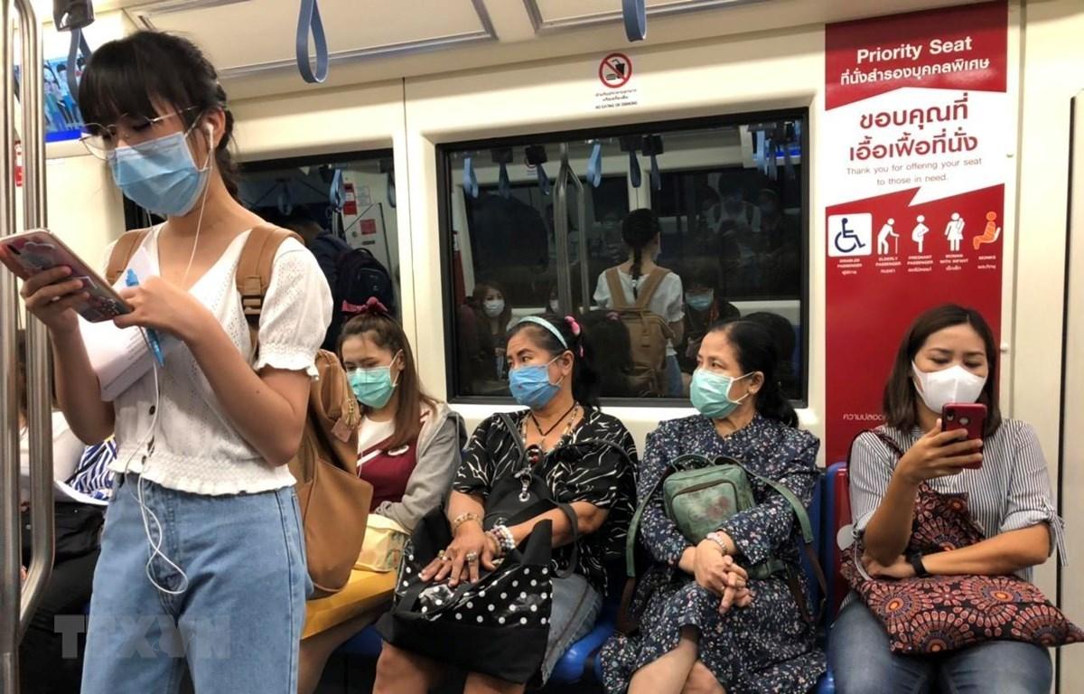 Người dân Thái Lan đeo khẩu trang tự bảo vệ mình trước dịch COVID-19 khi đi tàu điện ngầm ở thủ đô Bangkok. (Ảnh: Ngọc Quang/TTXVN)