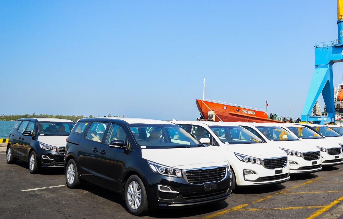 Lô xe Kia Grand Carnival được đưa vào container tại Khu công nghiệp THACO Chu Lai (Quảng Nam) để xuất khẩu sang Thái Lan. (Nguồn: PV/Vietnam+)