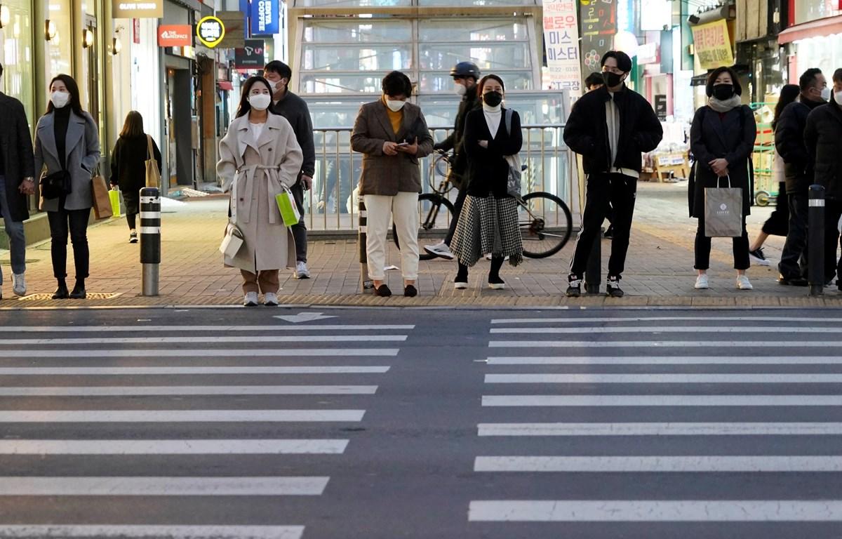 Người dân đeo khẩu trang trên đường phố ở Daegu, Hàn Quốc. (Nguồn: Reuters)