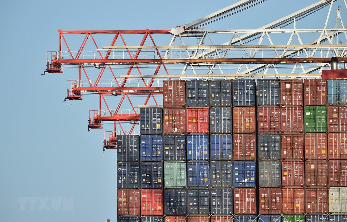Hàng hóa xếp tại cảng ở Southampton, Anh. (Ảnh: AFP/TTXVN)