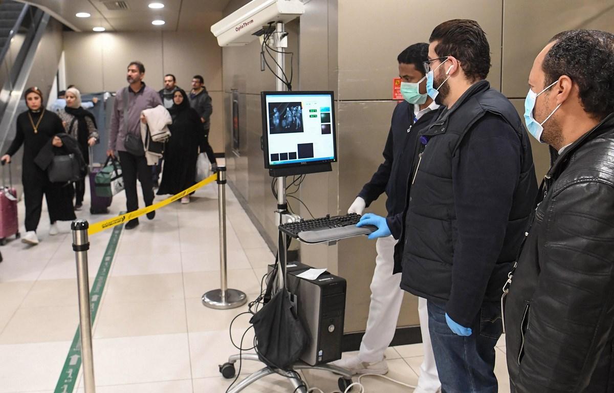 Máy quét thân nhiệt được sử dụng để kiểm tra thân nhiệt của hành khách tại sân bay quốc tế Kuwait ở Kuwait City ngày 29/1/2020. (Ảnh: AFP/TTXVN)