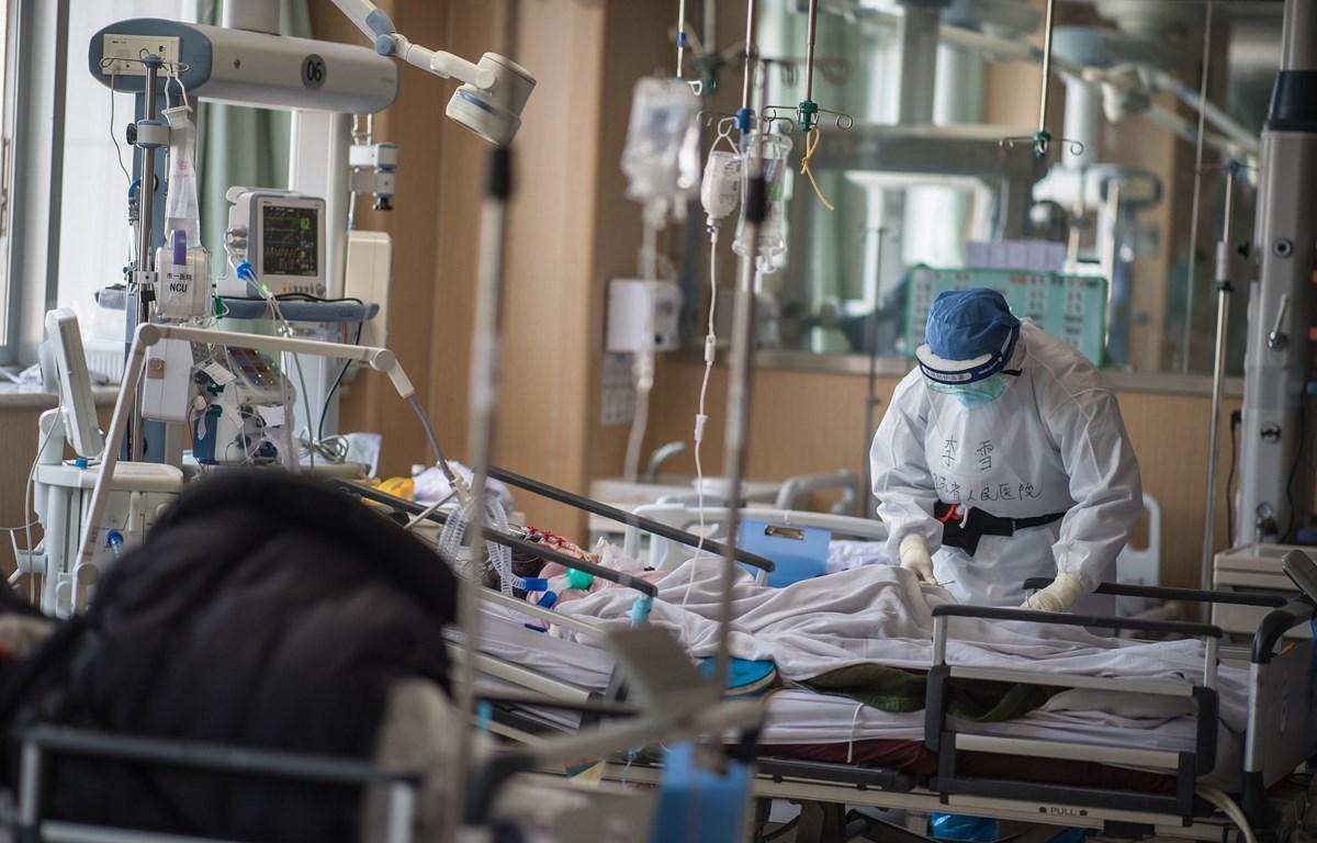 Nhân viên y tế điều trị cho bệnh nhân tại bệnh viện ở Vũ Hán, tỉnh Hồ Bắc, Trung Quốc, ngày 22/2/2020. (Ảnh: THX/TTXVN)