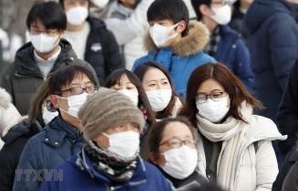 Người dân đeo khẩu trang phòng dịch viêm đường hô hấp cấp do virus COVID-19 tại Hokkaido, miền Bắc Nhật Bản. (Ảnh: Kyodo/TTXVN)