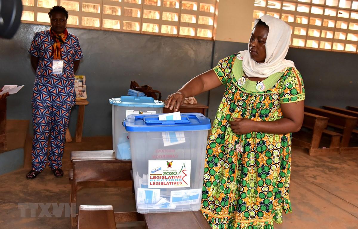 Cử tri Cameroon bỏ phiếu tại điểm bầu cử ở Yaounde ngày 9/2/2020. (Ảnh: THX/TTXVN)
