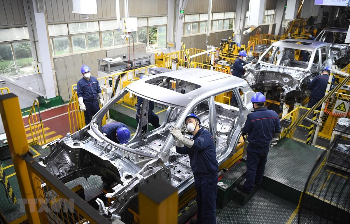 Công nhân làm tại nhà máy ở Trùng Khánh, Trung Quốc, ngày 18/2. (Ảnh: THX/TTXVN)