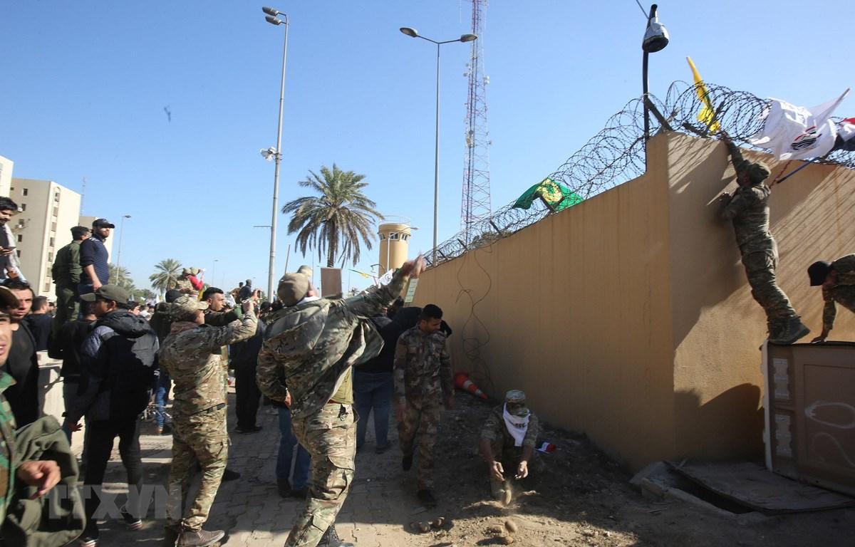 Người biểu tình xông vào Đại sứ quán Mỹ tại Iraq ngày 31/12/2019. (Ảnh: AFP/TTXVN)