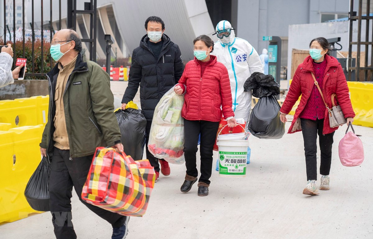 Bệnh nhân nhiễm COVID-19 hồi phục sau khi được điều trị và xuất viện tại Vũ Hán, Trung Quốc ngày 1/3/2020. (Ảnh: THX/TTXVN)