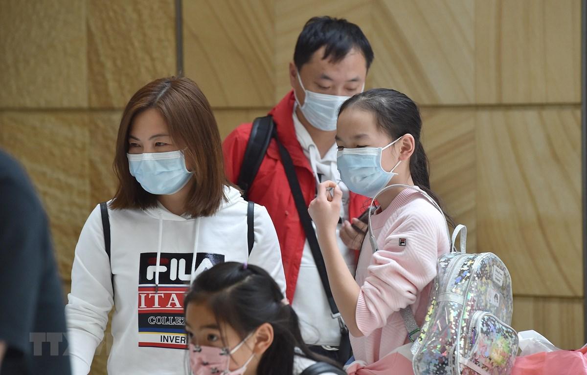 Người dân đeo khẩu trang để phòng tránh lây nhiễm COVID-19 tại sân bay ở Sydney, Australia, ngày 23/1/2020. (Ảnh: AFP/ TTXVN)