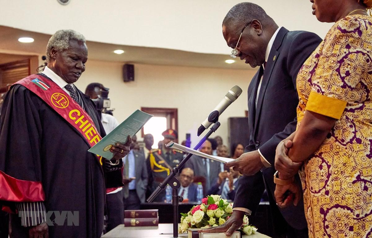 Ông Riek Machar (thứ 2, phải), lãnh đạo lực lượng phiến quân, tuyên thệ nhậm chức Phó Tổng thống thứ nhất của Nam Sudan tại Juba ngày 22/2/2020. (Ảnh: AFP/TTXVN)