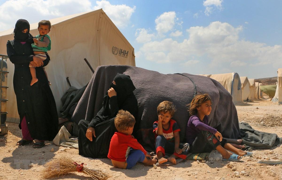 Người dân Syria tại trại tị nạn Kafr Lusin ở Idlib, gần cửa khẩu Bab al-Hawa, biên giới Syria - Thổ Nhĩ Kỳ. (Ảnh: AFP/TTXVN)