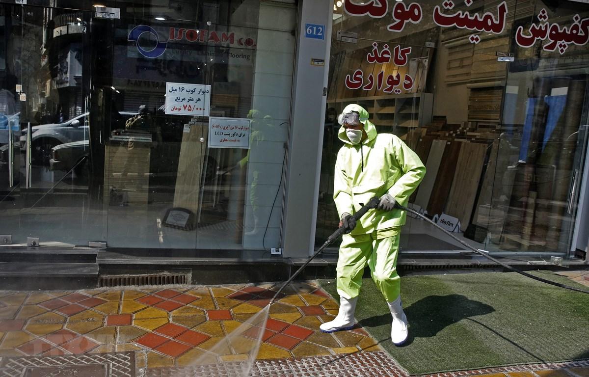 Phun thuốc khử trùng nhằm ngăn ngừa sự lây lan của dịch bệnh COVID-19 tại Tehran, Iran ngày 5/3/2020. (Ảnh: AFP/TTXVN)