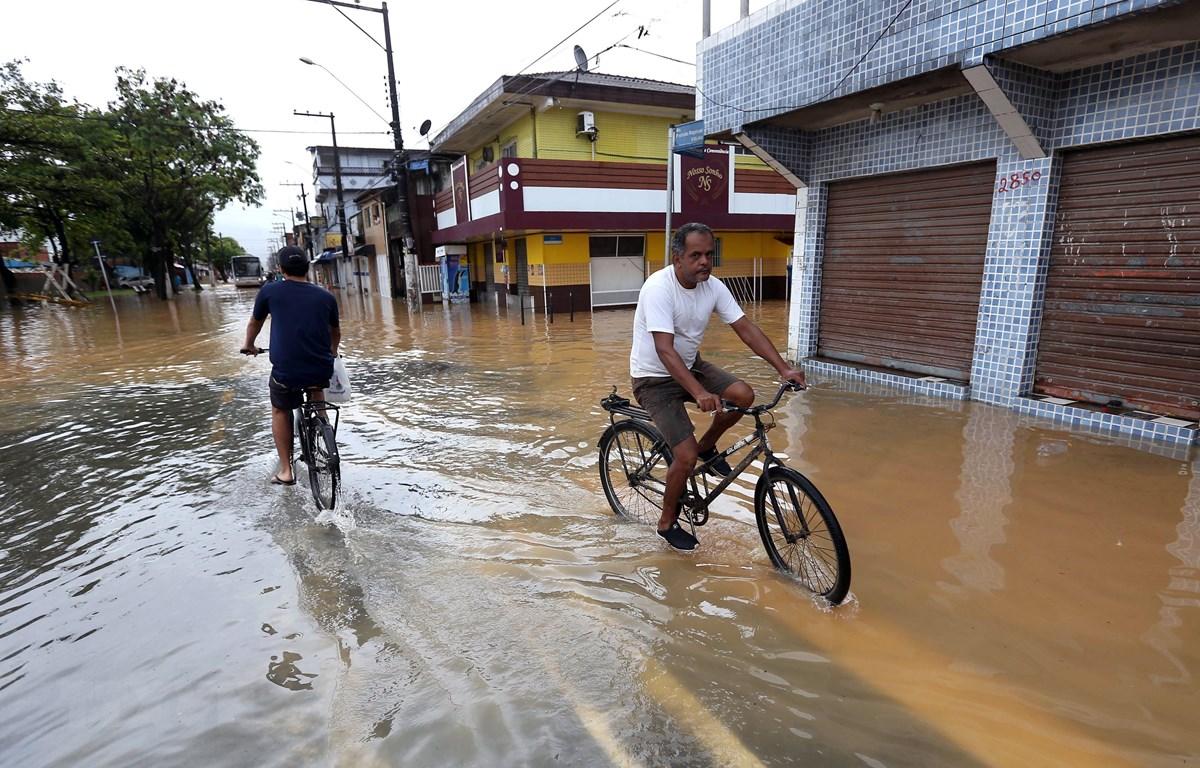 Cảnh ngập lụt do mưa lớn tại Guaruja, Brazil, ngày 3/3/2020. (Ảnh: AFP/ TTXVN)
