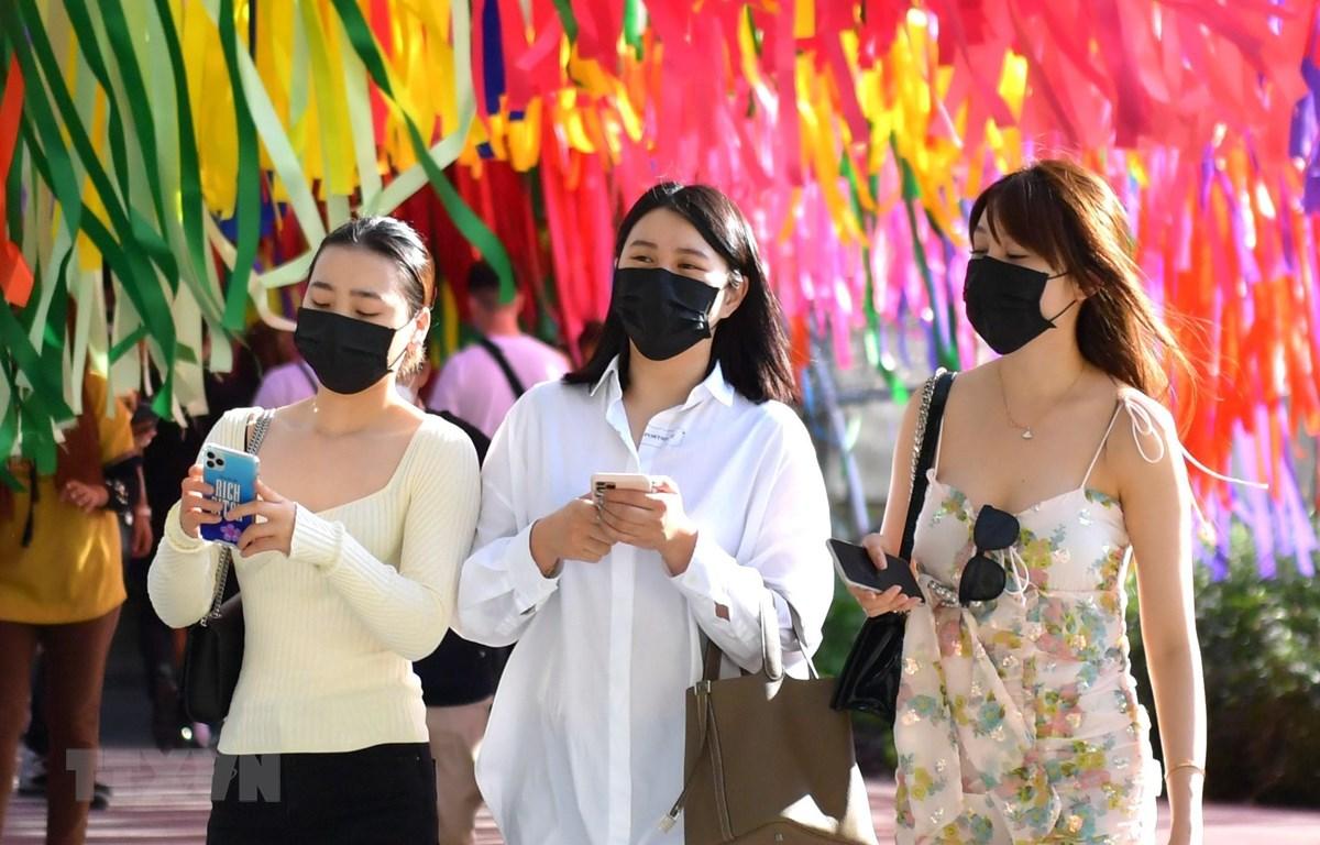 Người dân Thái Lan đeo khẩu trang để phòng chống dịch COVID-19. (Ảnh: Ngọc Quang/TTXVN)