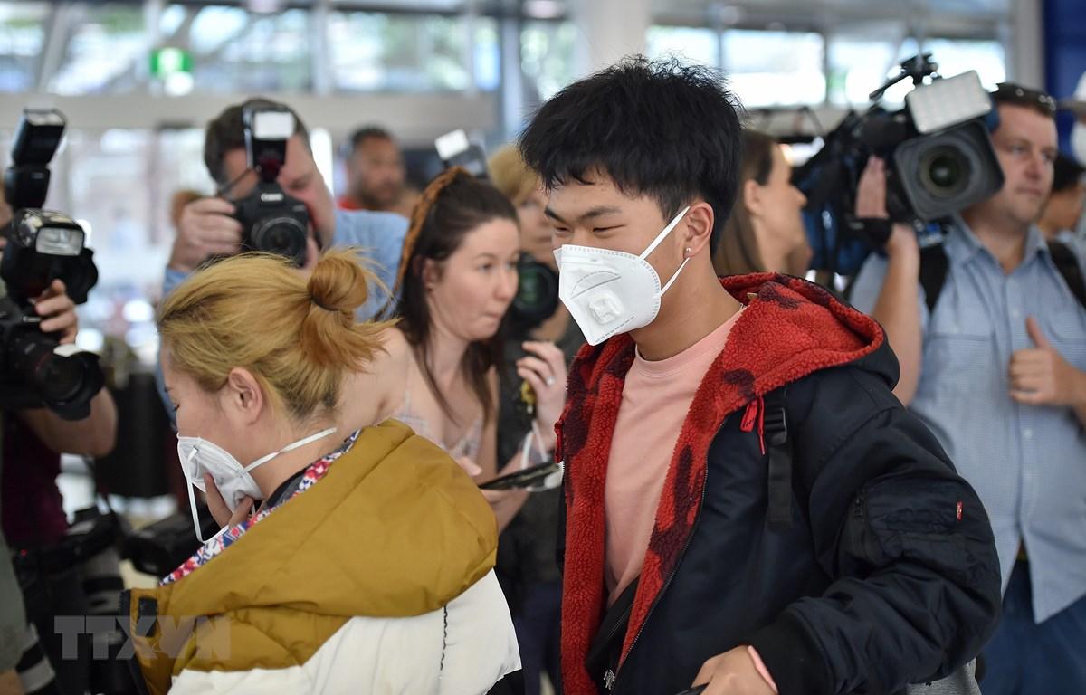 Hành khách đeo khẩu trang để phòng tránh lây nhiễm COVID-19 tại sân bay Sydney, Australia, ngày 23/1/2020. (Ảnh: AFP/TTXVN)