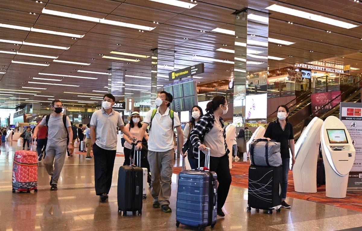 Du khách đeo khẩu trang để phòng tránh lây nhiễm COVID-19 tại sân bay quốc tế Changi, Singapore, ngày 30/1/2020. (Ảnh: AFP/ TTXVN)