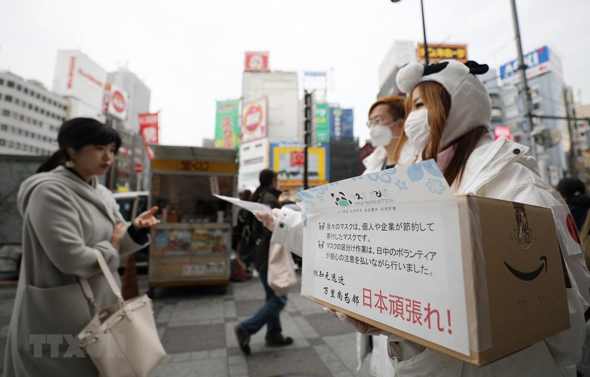 Phát khẩu trang miễn phí để phòng tránh lây nhiễm COVID-19 tại Tokyo, Nhật Bản, ngày 7/3. (Ảnh: THX/TTXVN)