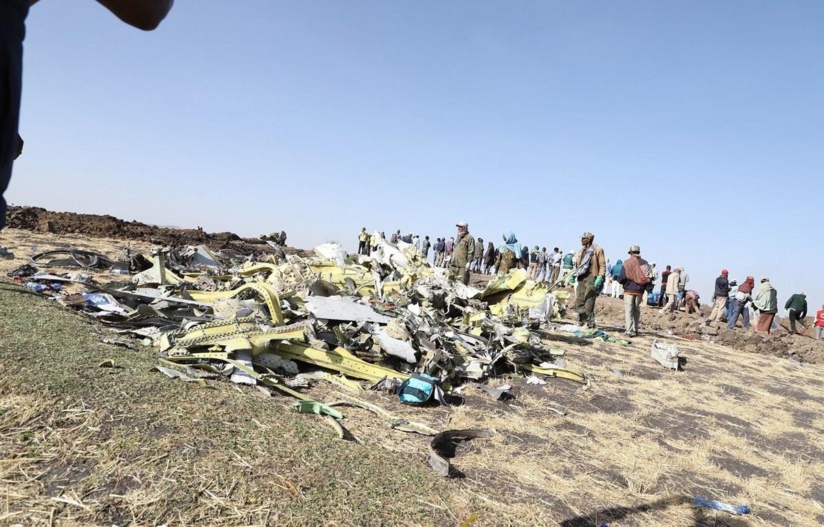 Hiện trường vụ tai nạn máy bay Boeing 737-8 MAX của Hãng hàng không Ethiopia tại thị trấn Bishoftu, cách Addis Ababa khoảng 45km. (Ảnh: THX/TTXVN)