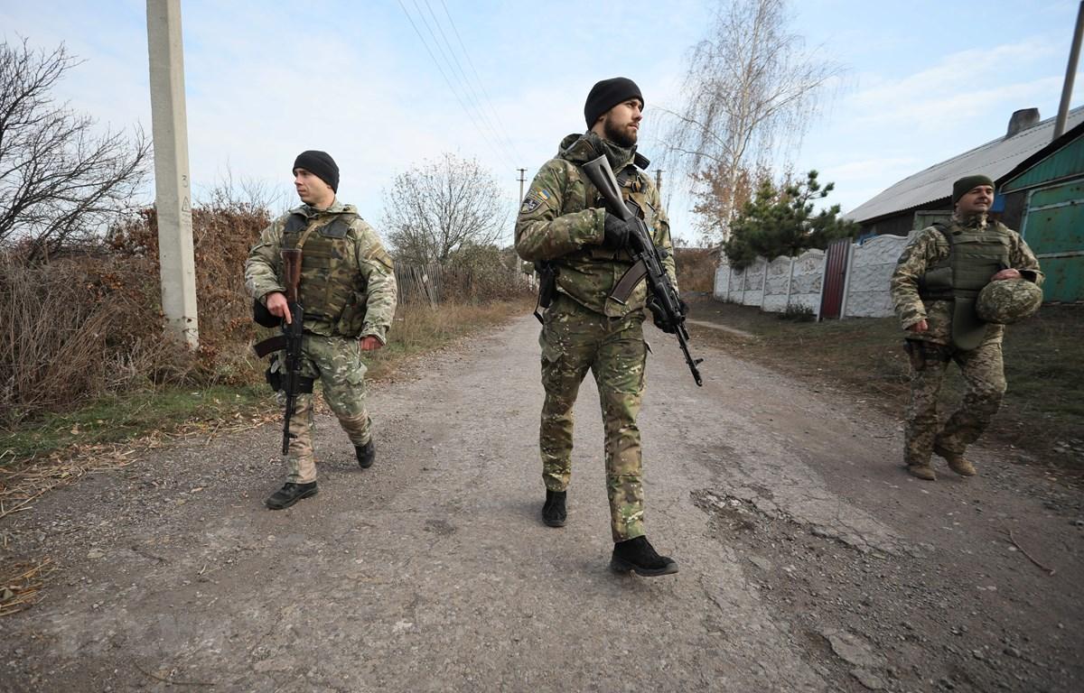 Quân nhân Ukraine tuần tra tại làng Katerynivka, vùng Lugansk, miền Đông Ukraine ngày 2/11/2019. (Ảnh: AFP/TTXVN)