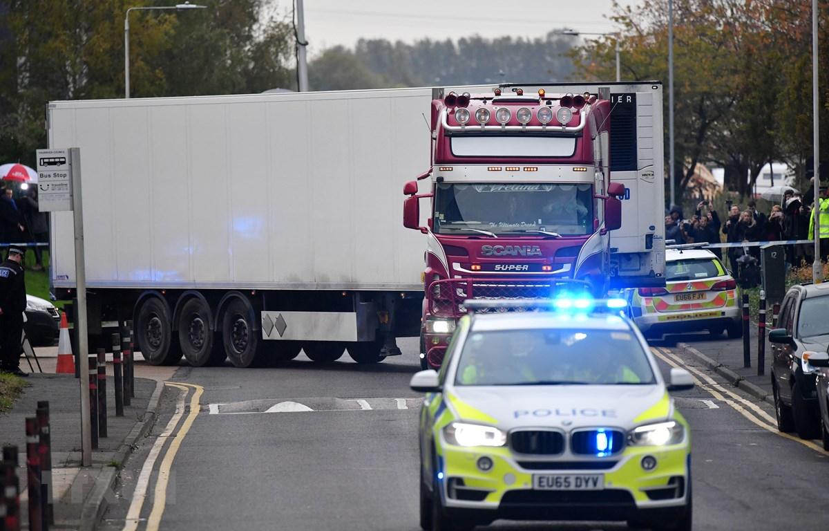 Cảnh sát Anh áp giải xe container chở 39 thi thể được tìm thấy tại Grays, Essex, ngày 23/10/2019. (Ảnh: AFP/TTXVN)
