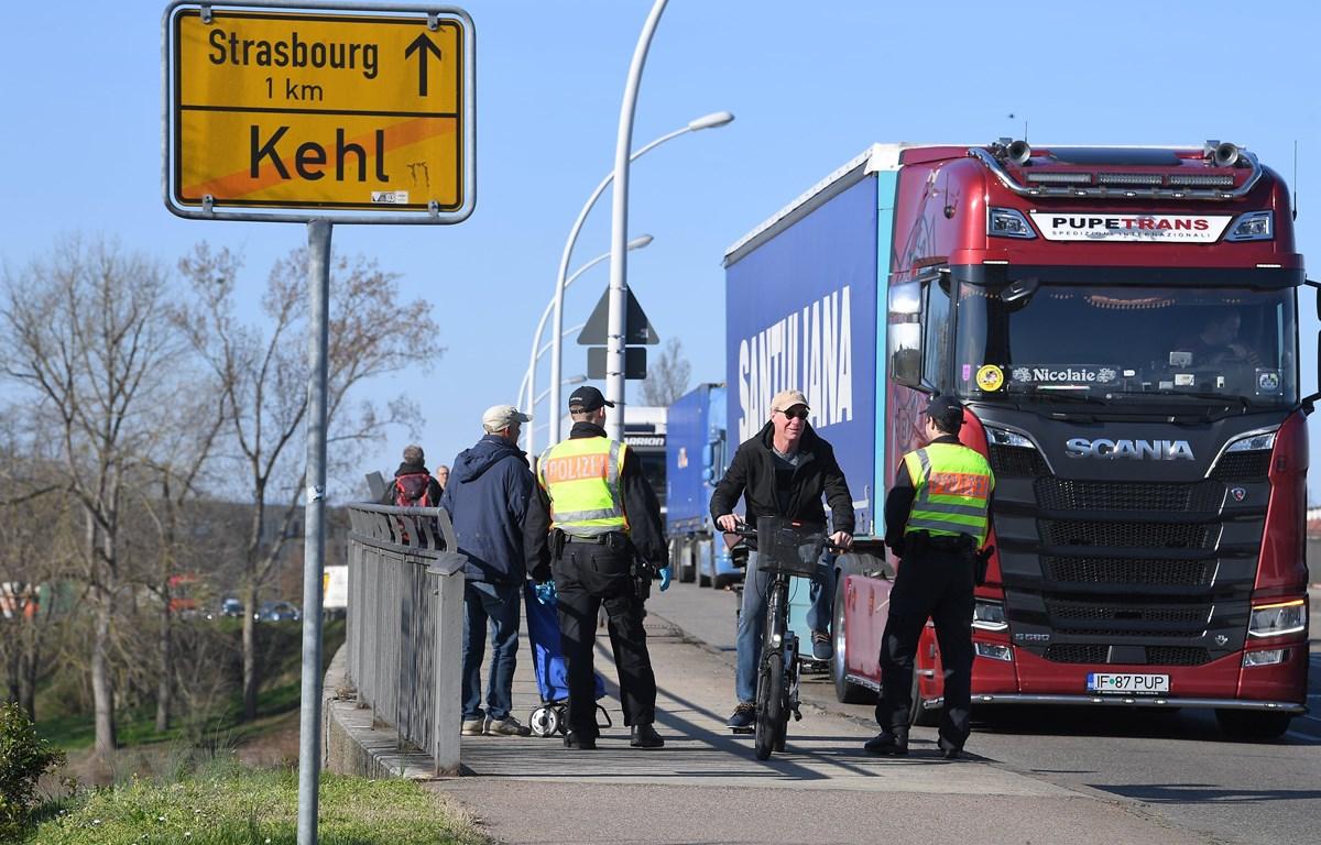 Cảnh sát Đức được triển khai tại tuyến đường ở Kehl, biên giới Đức-Pháp, ngày 16/3/2020. (Ảnh: AFP/TTXVN)